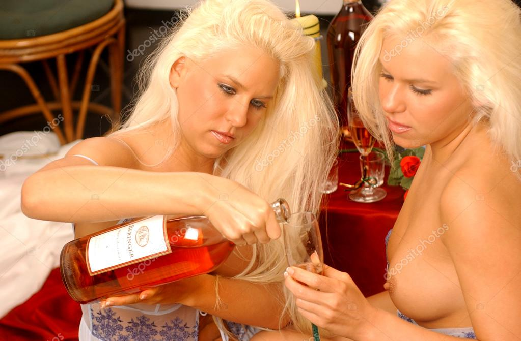 Барменши и женщина лесбиянки
